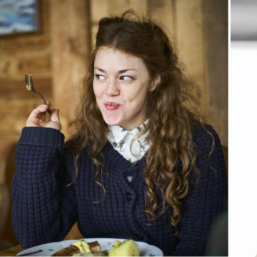 Mujer con ojeras comiendo