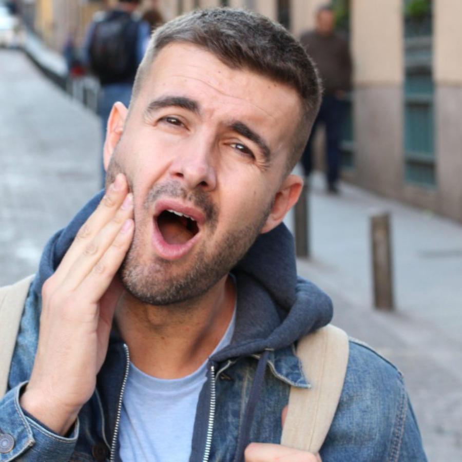 Hombre con dolor de muelas