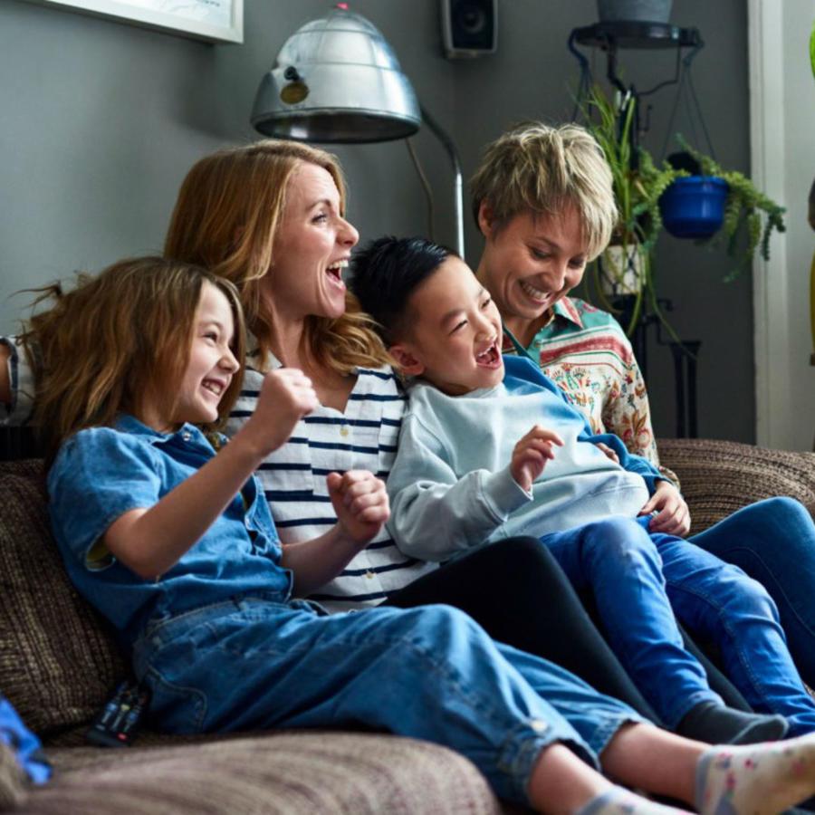 Familia disfrutando en la sala