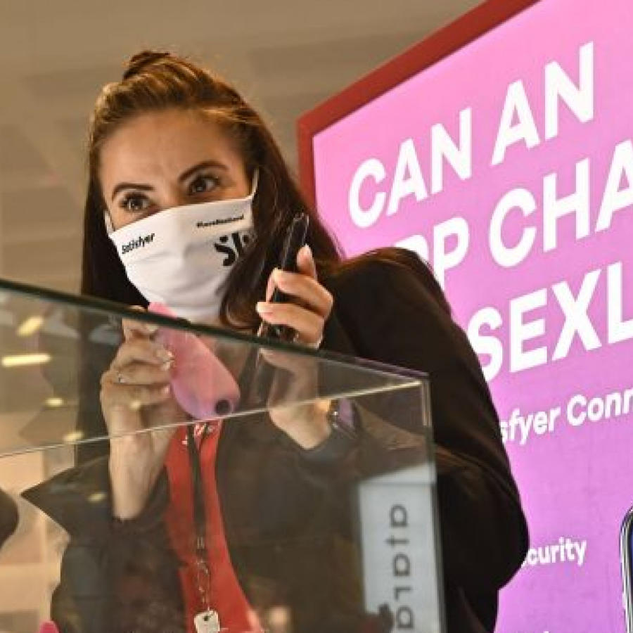 Mujer presentando aplicación para sexo a distancia