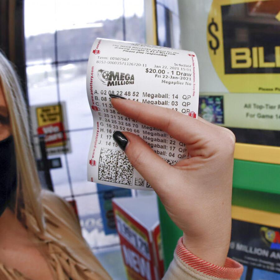 Mujer con boleto de lotería Mega Millions