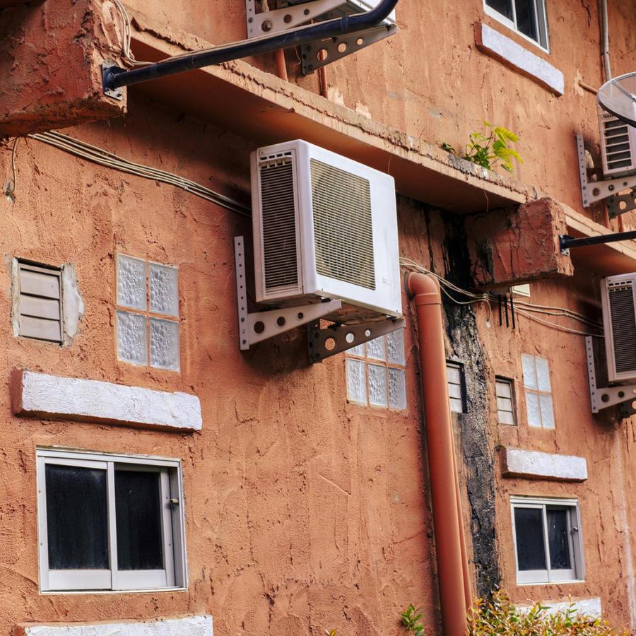 Aparatos de aire acondicionado en la calle
