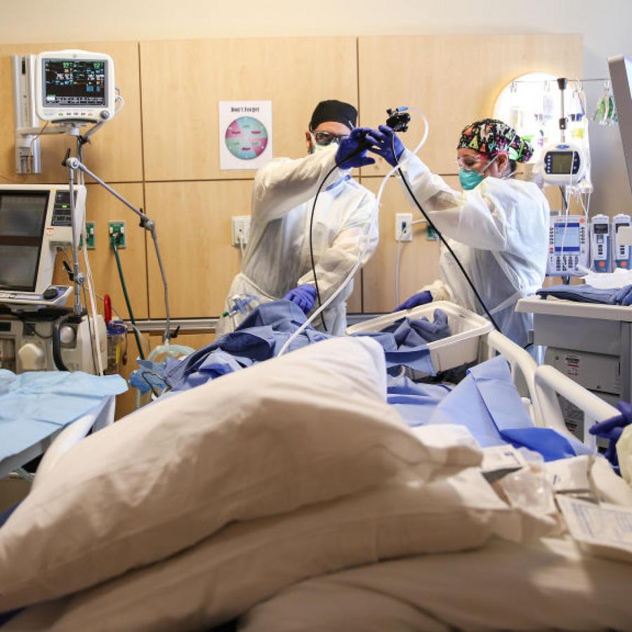 Personal médico brinda cuidados intensivos a paciente de COVID-19