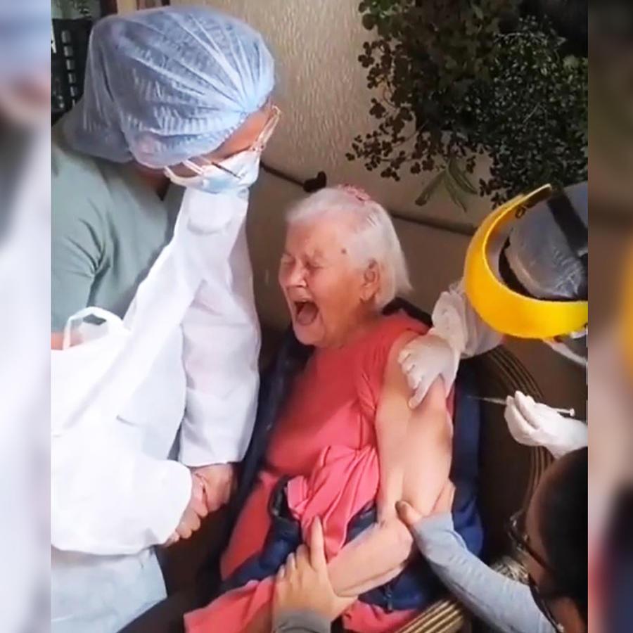 Una mujer grita mientras le ponen la vacuna contra COVID-19 y se hace viral