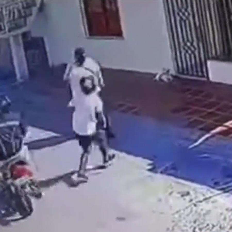 Ladrones huyen tras asaltar en segundos a un transeúnte
