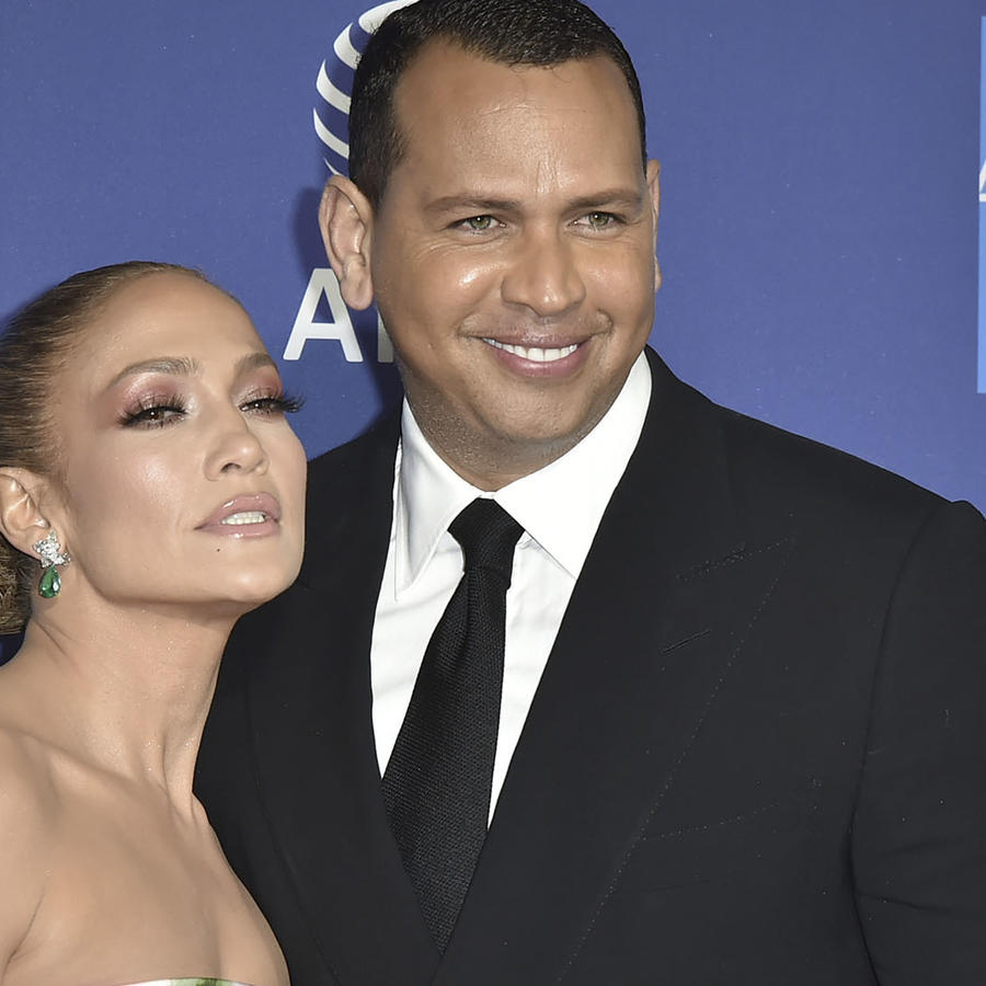 Jennifer Lopez y Alex Rodriguez juntos sonriendo.