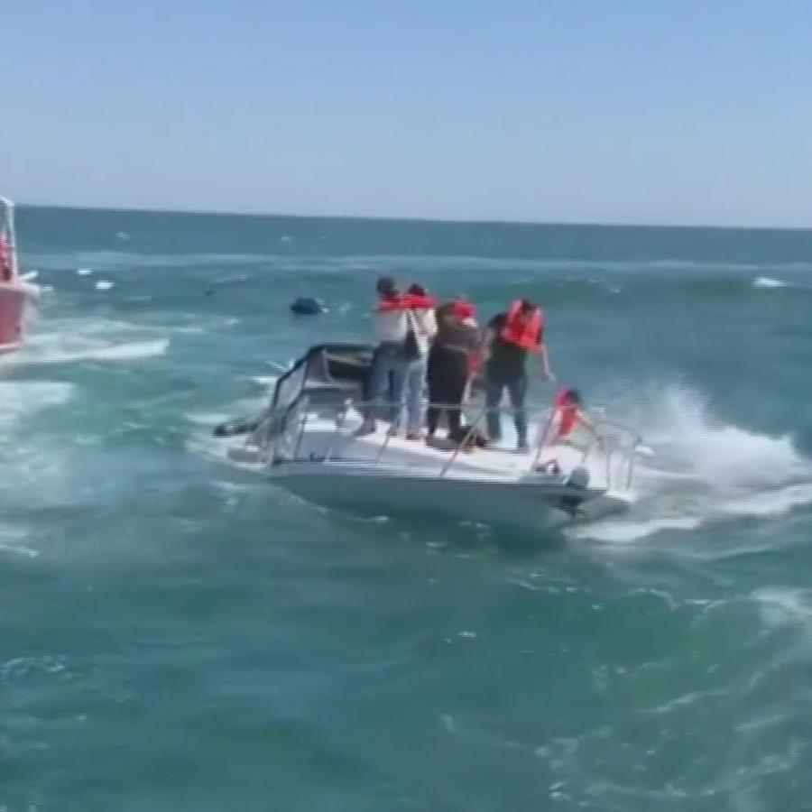 Rescatan bote a punto de hundirse con 14 personas a bordo