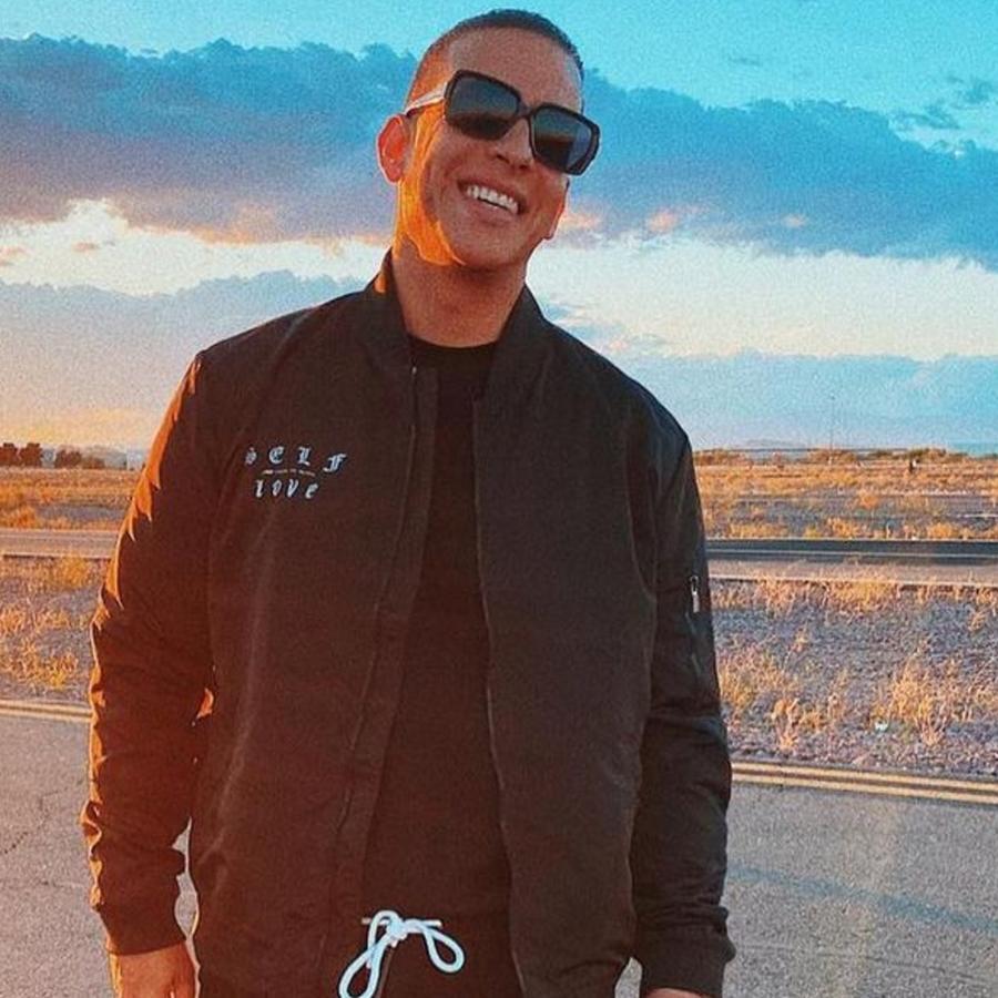 Daddy Yankee posando sonriente