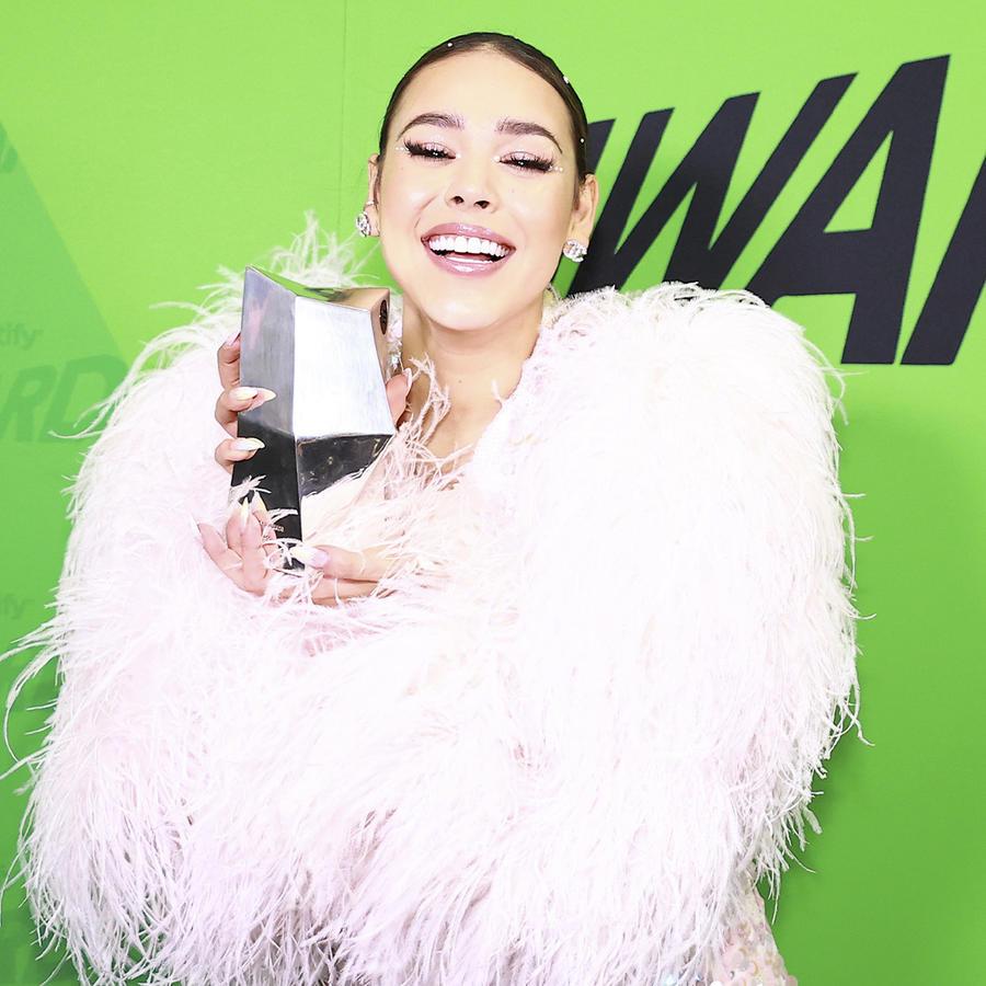 Danna Paola con look de abrigo en los premios Spotify.