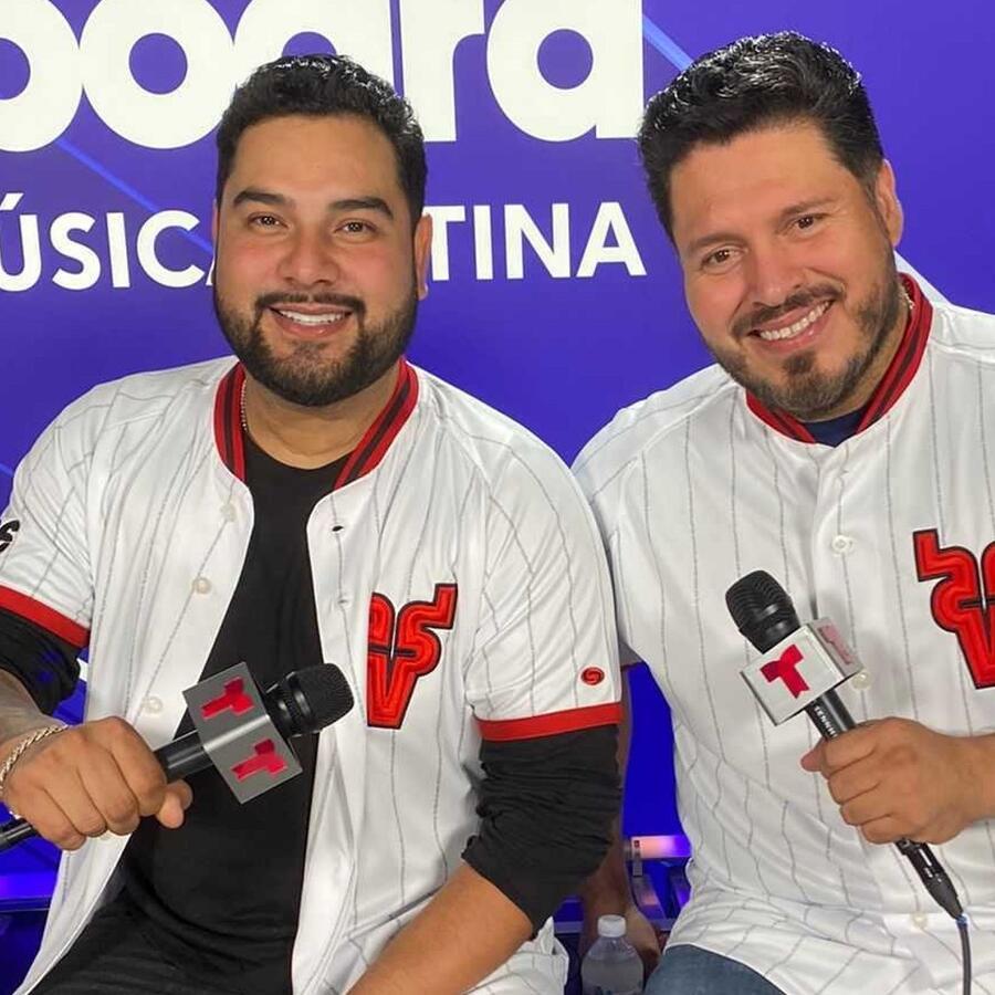 Alan y Walo, vocalistas de Banda MS, en el backstage de los Premios Billboard de la Música Latina 2021