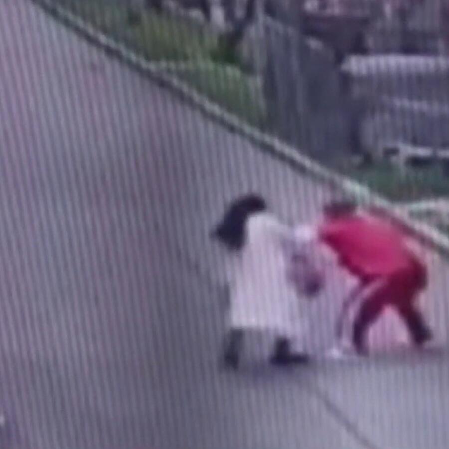 Atracador golpea y roba a una monjita en Colombia