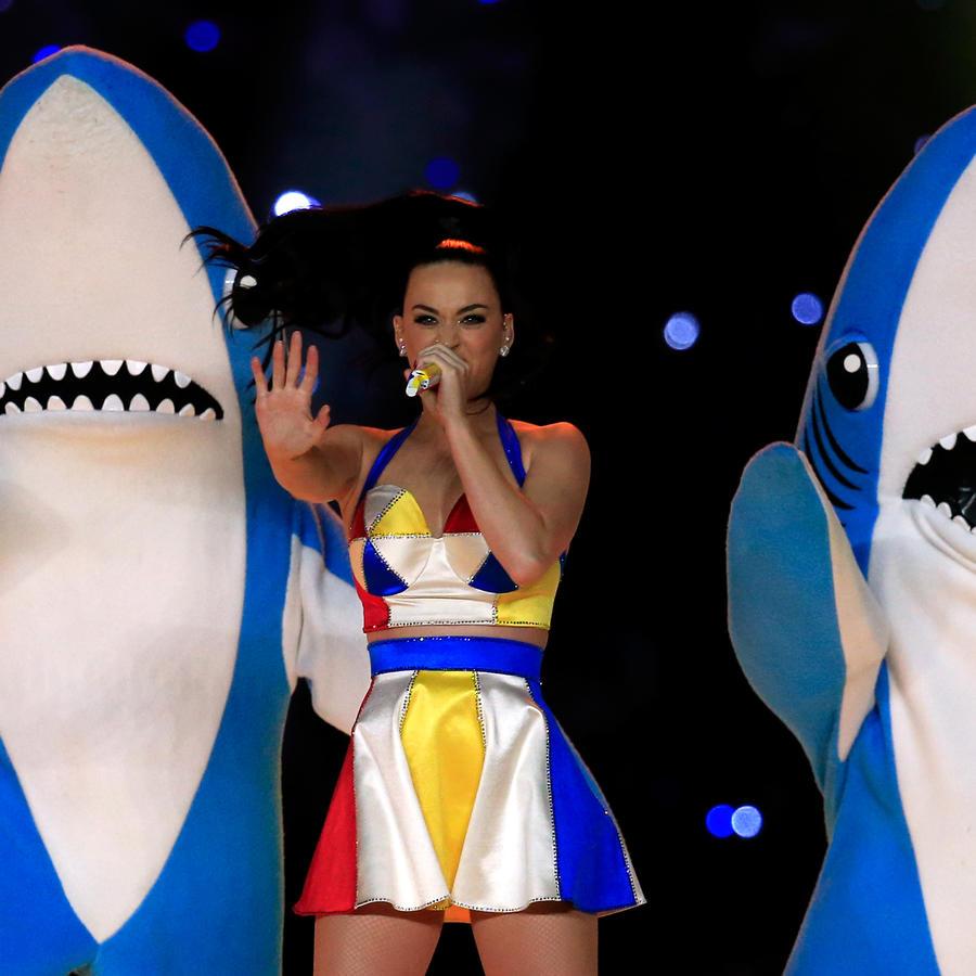 Katy Perry Superbowl con tiburones
