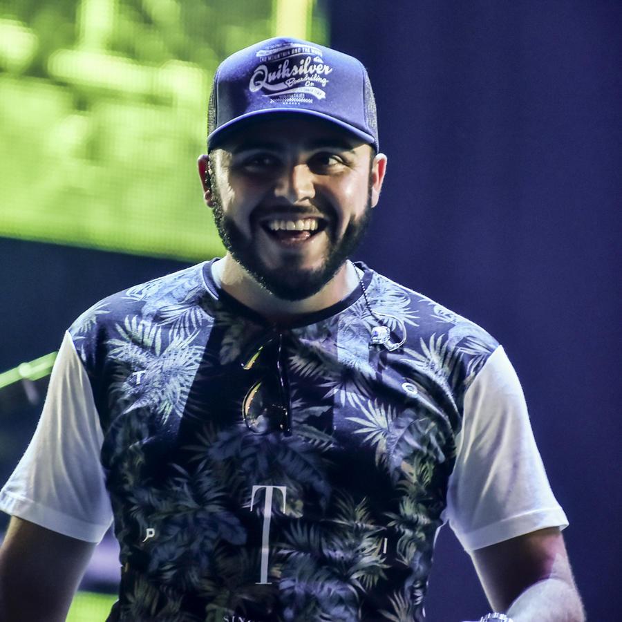Gerardo Ortiz cantando en los ensayos de Premios Billboard 2015