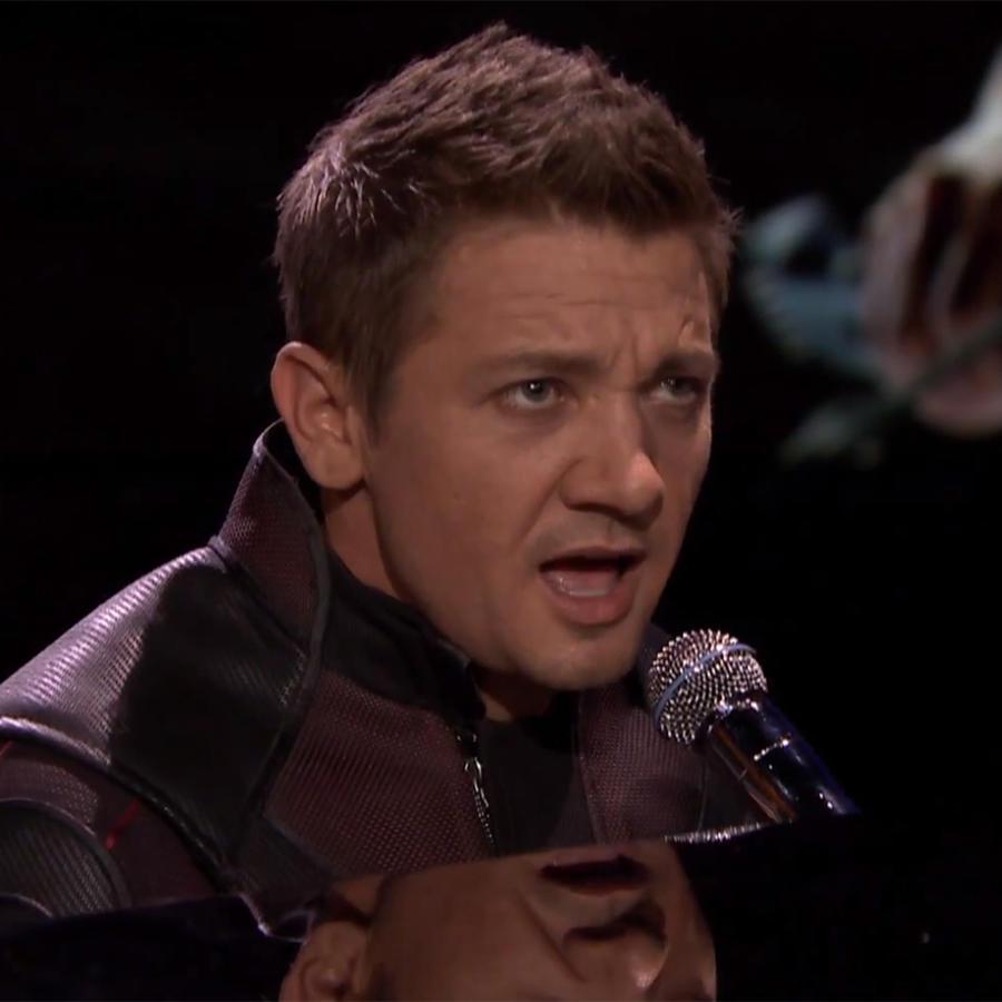 Jeremy Renner cantando.