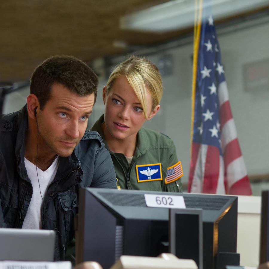 """Bradley Cooper y Emma Stone en una escena de la cinta de Columbia Pictures """"Aloha""""."""
