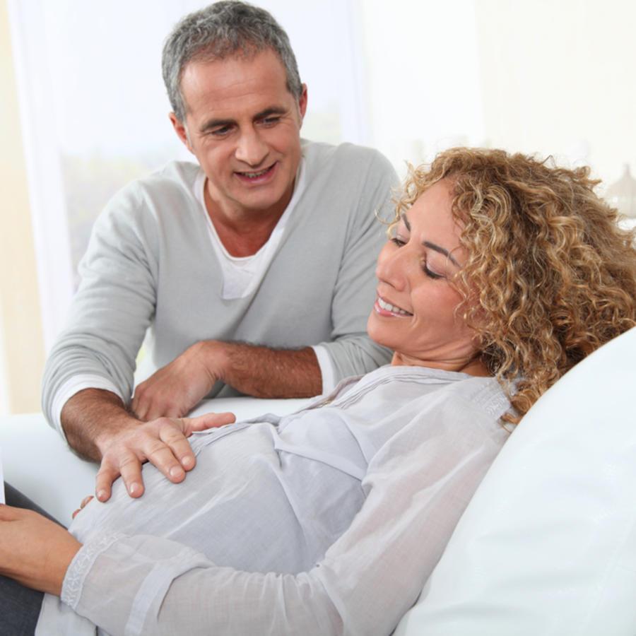 Mujer embarazada y su pareja