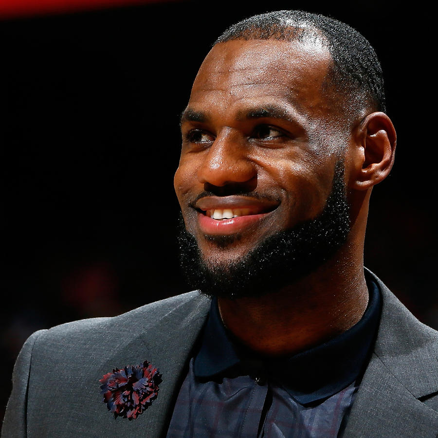 LeBron James firma acuerdo con Warner Bros.
