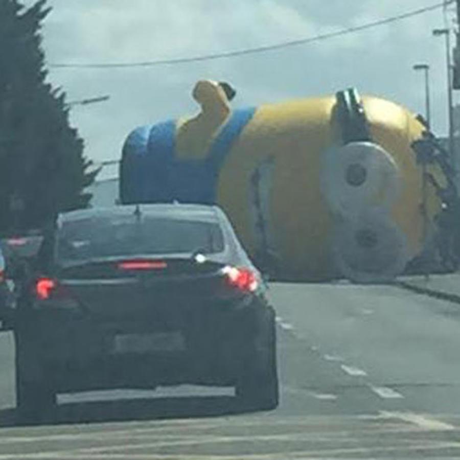 Un Minion inflable gigante provoca el caos
