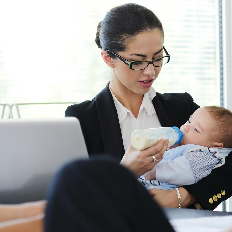 Mujer en el trabajo con su bebé