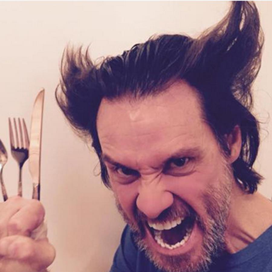 """Jim Carrey, el actor de """"Ace Ventura"""" compartió una foto en su cuenta oficial de Twitter imitando al personaje de Hugh Jackman en """"Wolverine""""."""