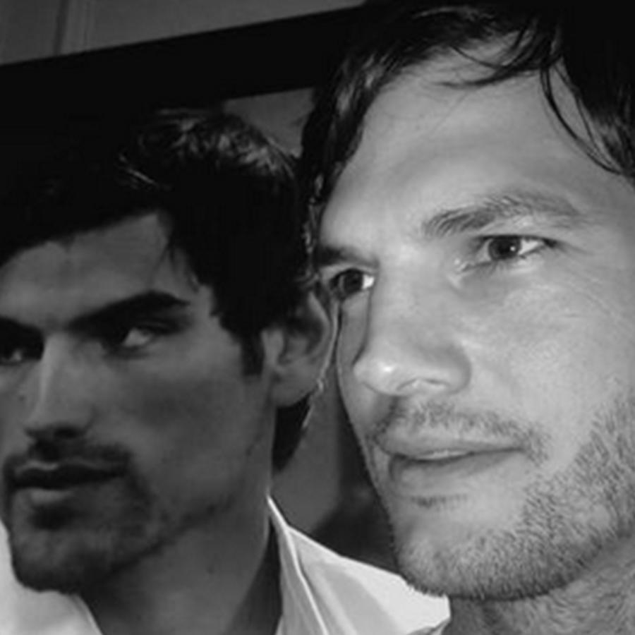 """Ashton Kutcher se toma una foto con su doble de """"Bachelor in Paradise""""."""