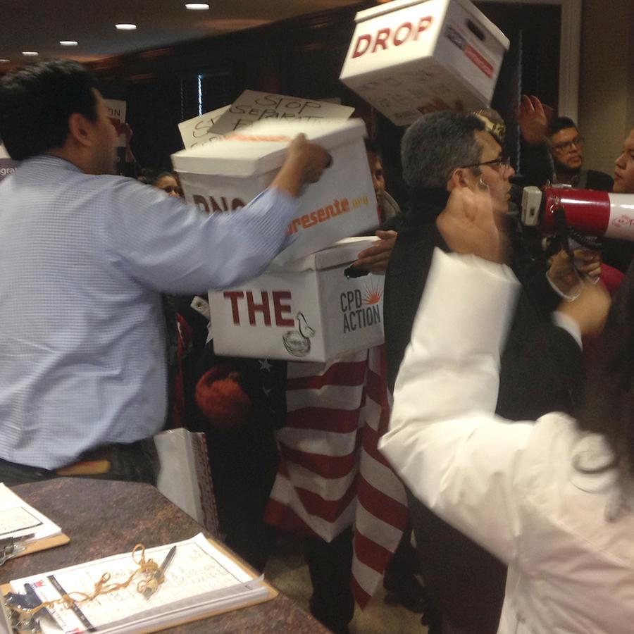 """El director de las iniciativas para la comunidad asiática, recibe cajas con cartas dirigidas al presidente del Partido Republicano, pidiéndole que """"denuncie a cualquier candidato presidencial que lance ataques racistas a inmigrantes"""