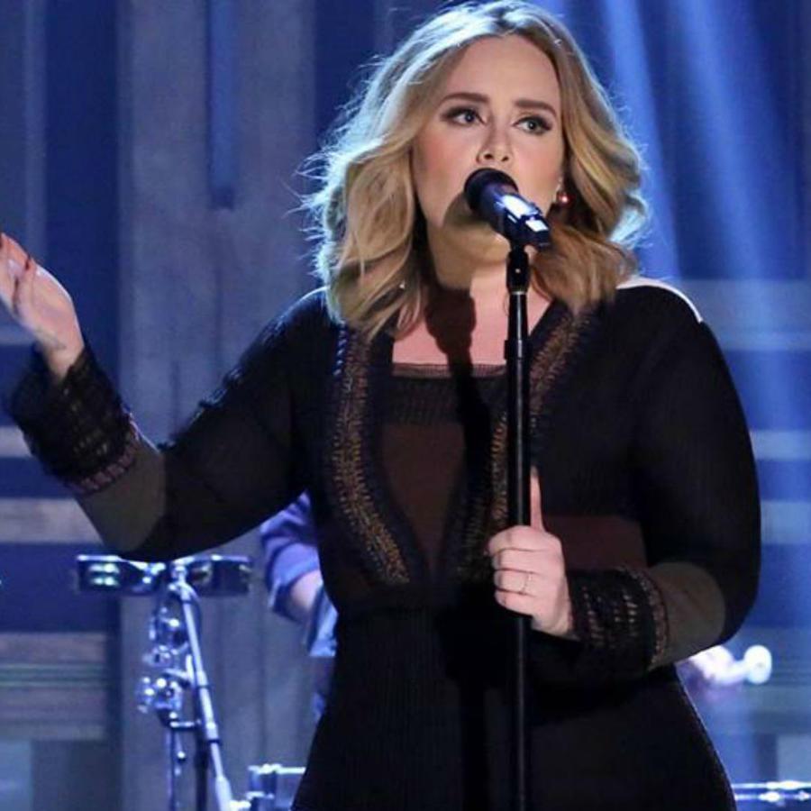 Adele en el escenario con vestido negro