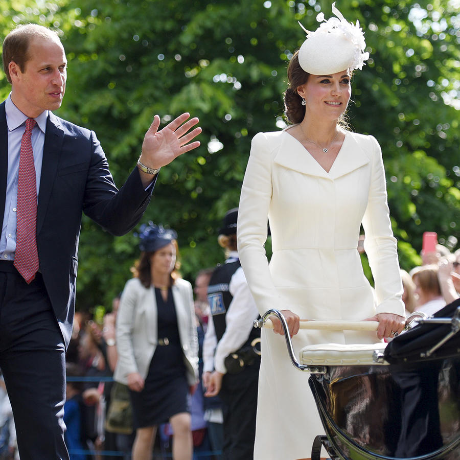Los duques de Cambridge William y Kate, con su hijo George tras el bautizo de su bebita Carlota.