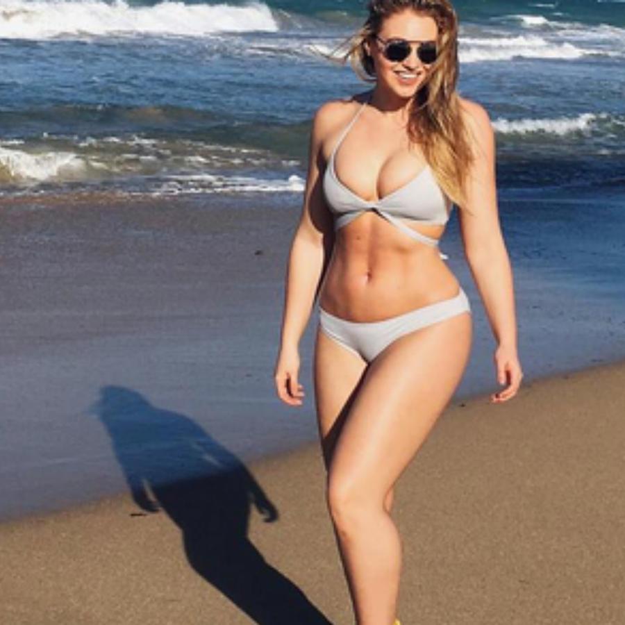 Iskra Lawrence caminando en la playa