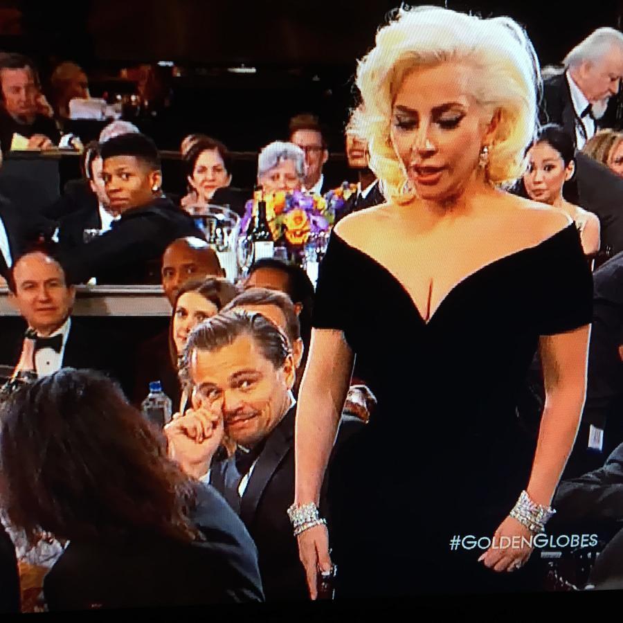 Cara de sorprendido de Leo Dicapario con Lady Gaga ean Golden Globes 2016