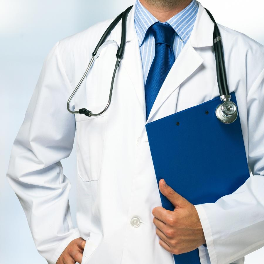 Doctor vestido con una bata blanca sosteniendo una carpeta