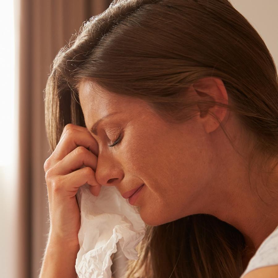 Mujer llorando y secándose las lágrimas con un pañuelo