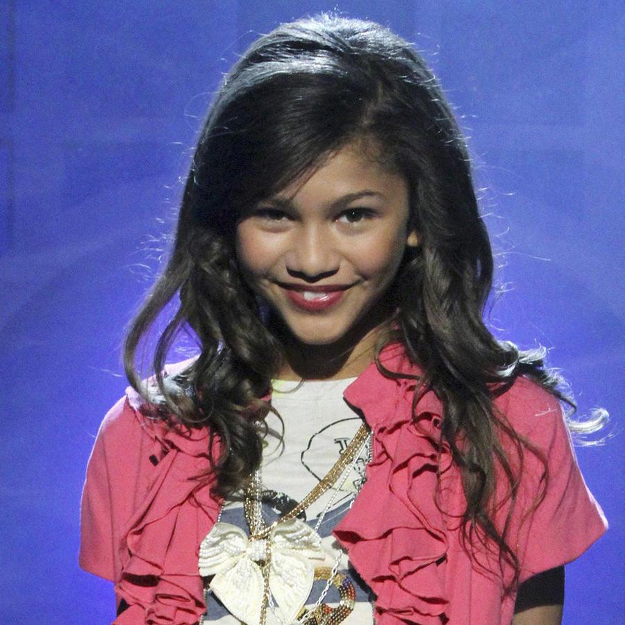 Zendaya con cabello rizado de pequeña