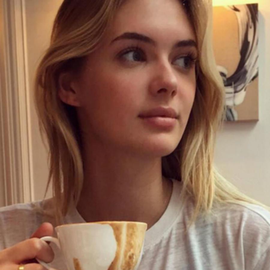 Megan Williams con una taza de café