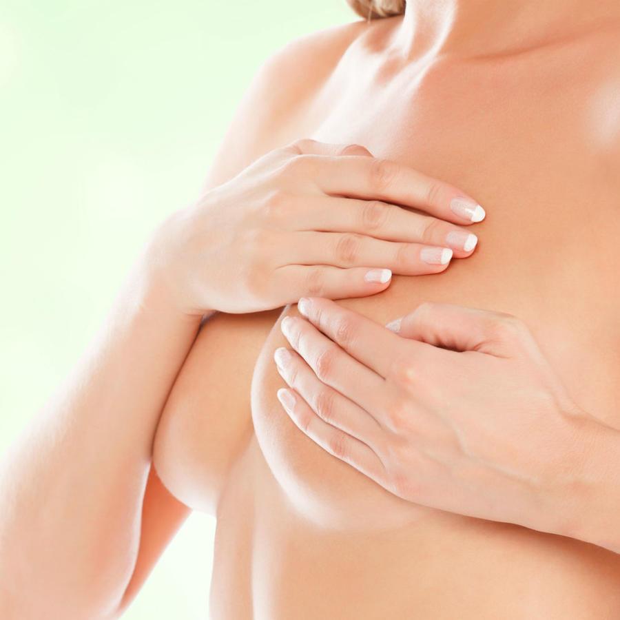 Mujer desnuda tocando su seno