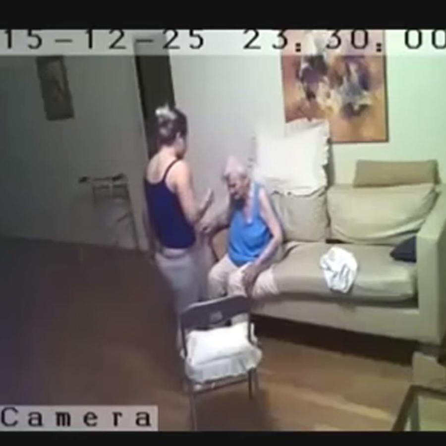 Video de una mujer que golpea a una anciana con alzehimer