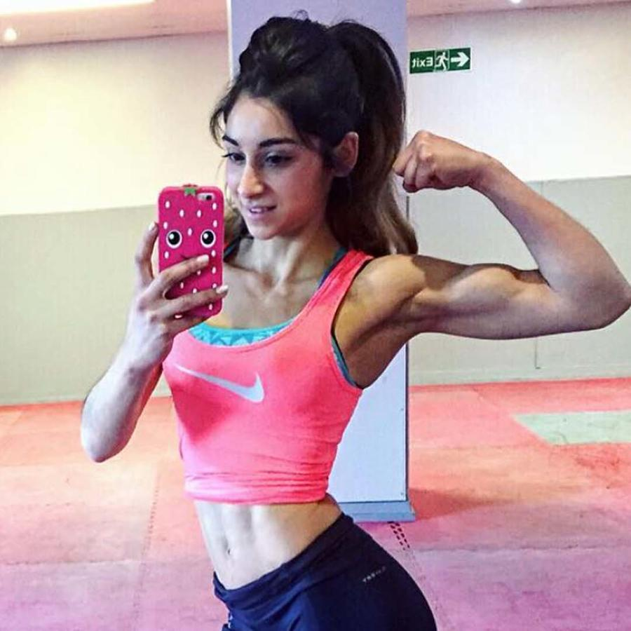 Mujer musculosa se toma selfie