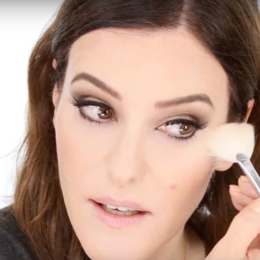 Lisa Eldrige se maquilla en un tutorial de You Tube