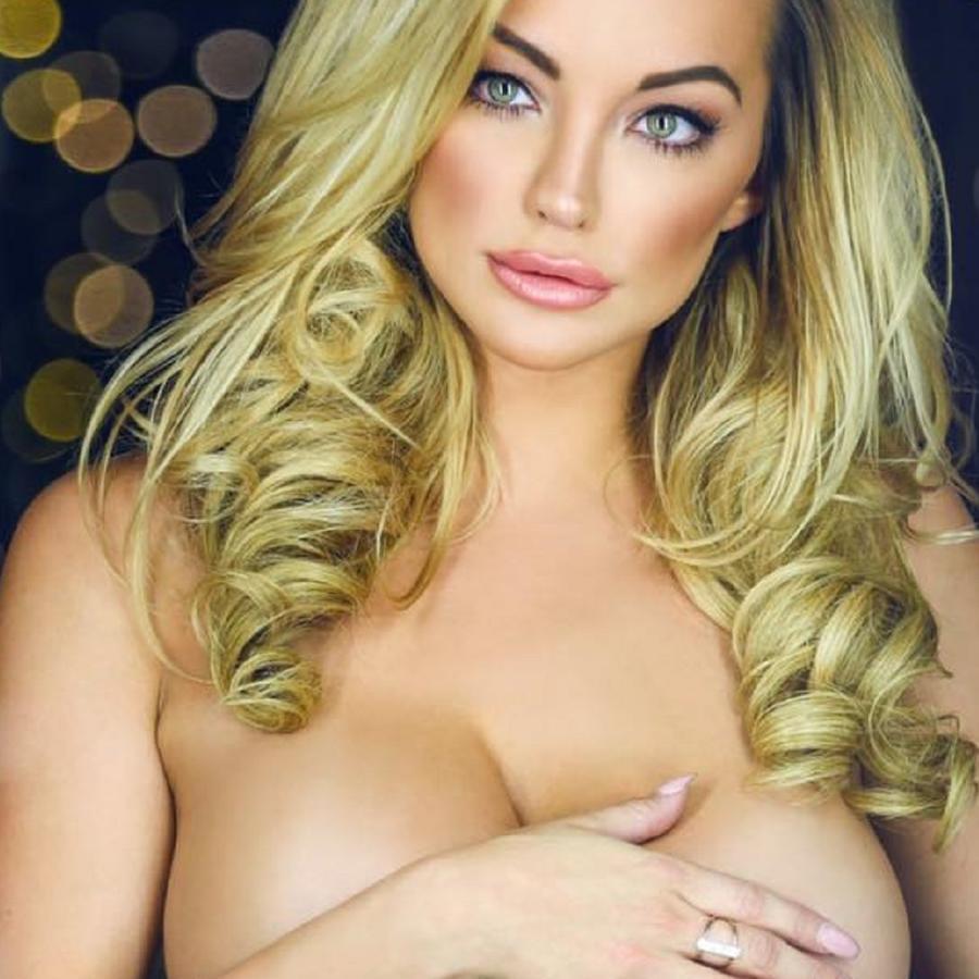 Lindsey Pelas sin ropa cubriéndose los senos con la mano