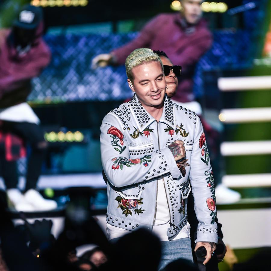 J Balvin y Fuego presentando en Premios Billboard 2016