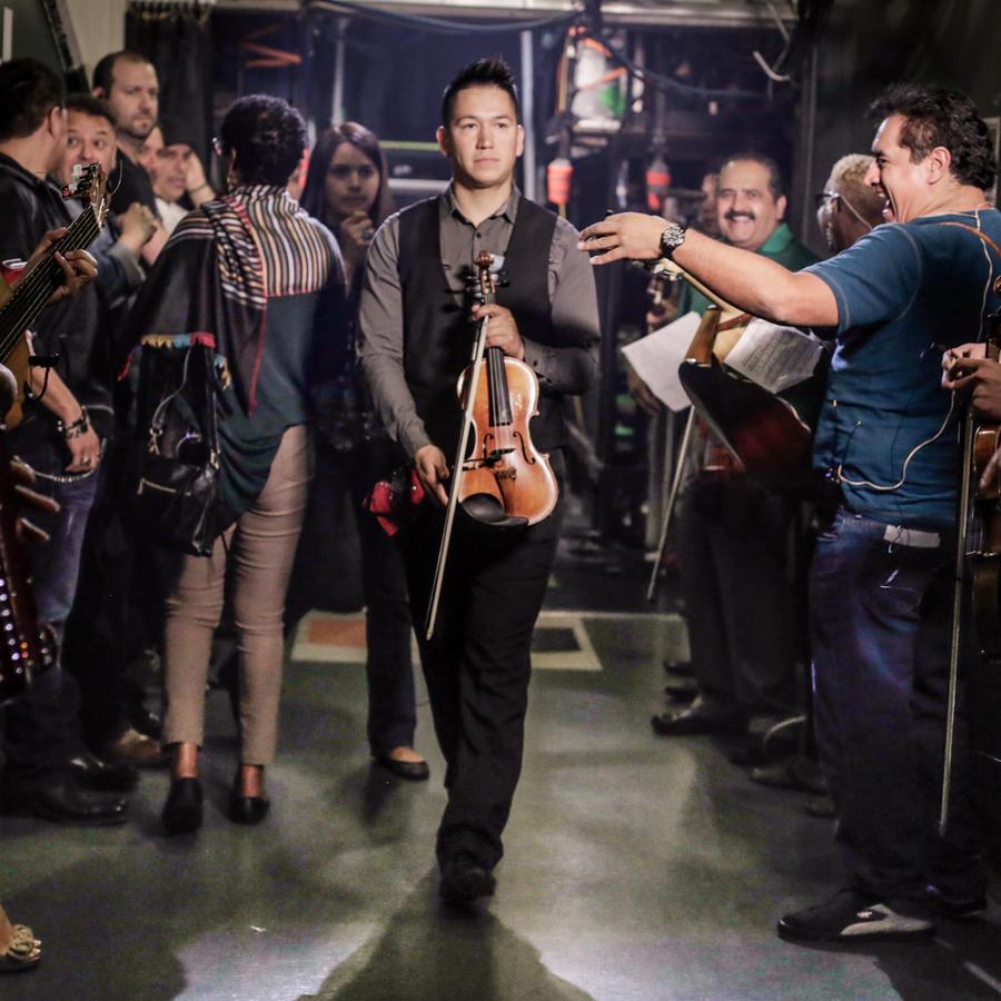 Musicos en el ensayo de los Premios Billboard Behind-Scenes