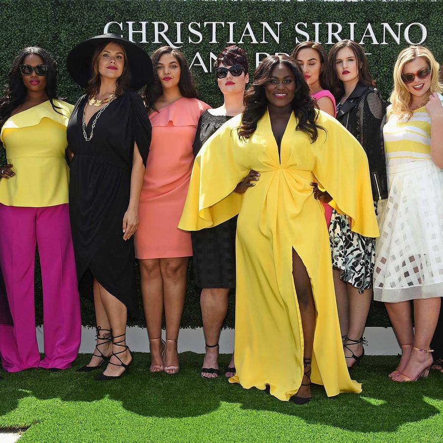 Modelos posan después del desfile de Christian Siriano para Lane Bryant