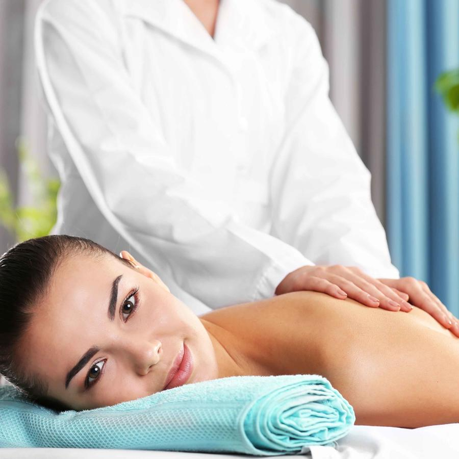 Mujer en acostada en camilla de masaje