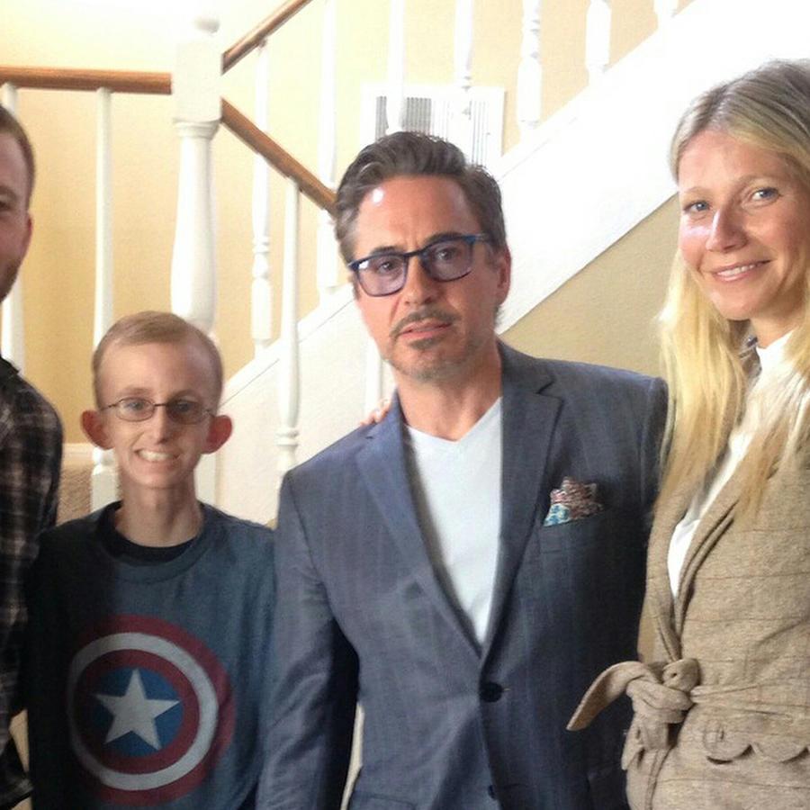 Los Vengadores visitan a adolescente con leucemia