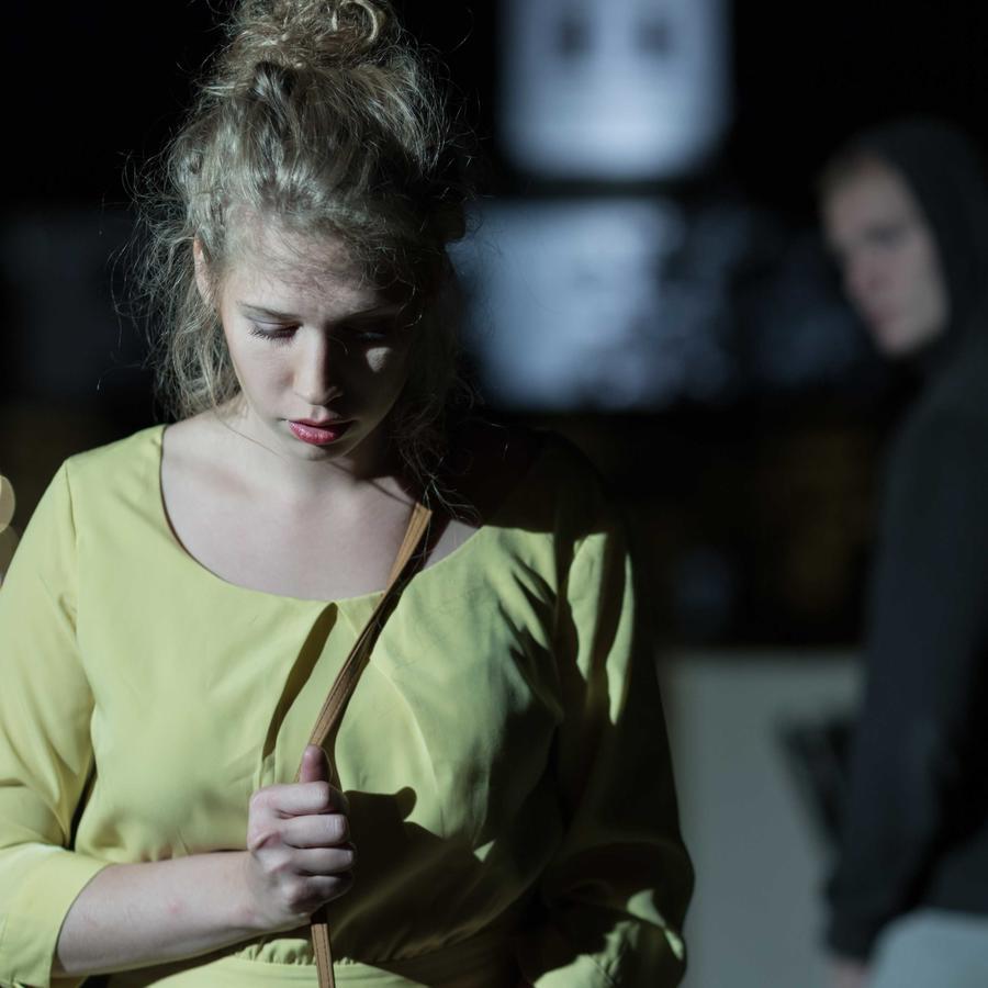 Mujer asustada caminando por la calle de noche