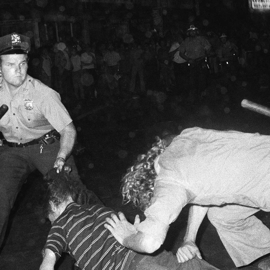 En esta foto de archivo del 31 de agosto de 1970, un agente jala del pelo a un joven mientras un policía golpea a otro hombre durante una confrontación en Greenwich Village después de una marcha por el Poder Gay en Nueva York.