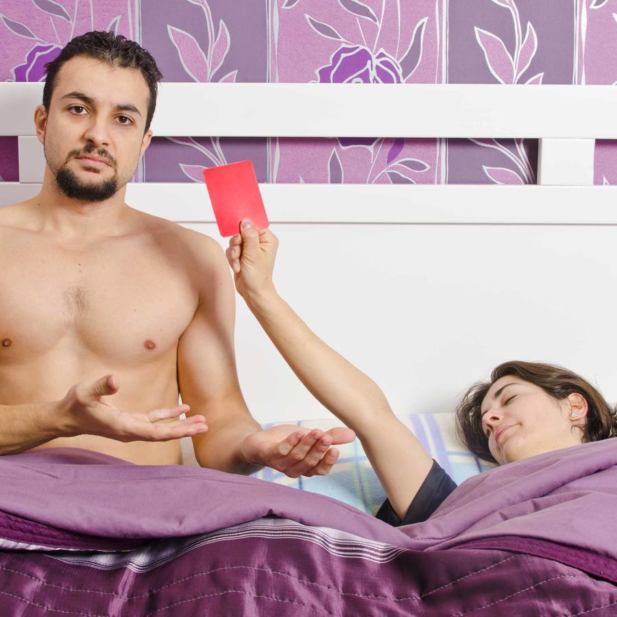 Mujer saca tarjeta roja a su pareja en la cama