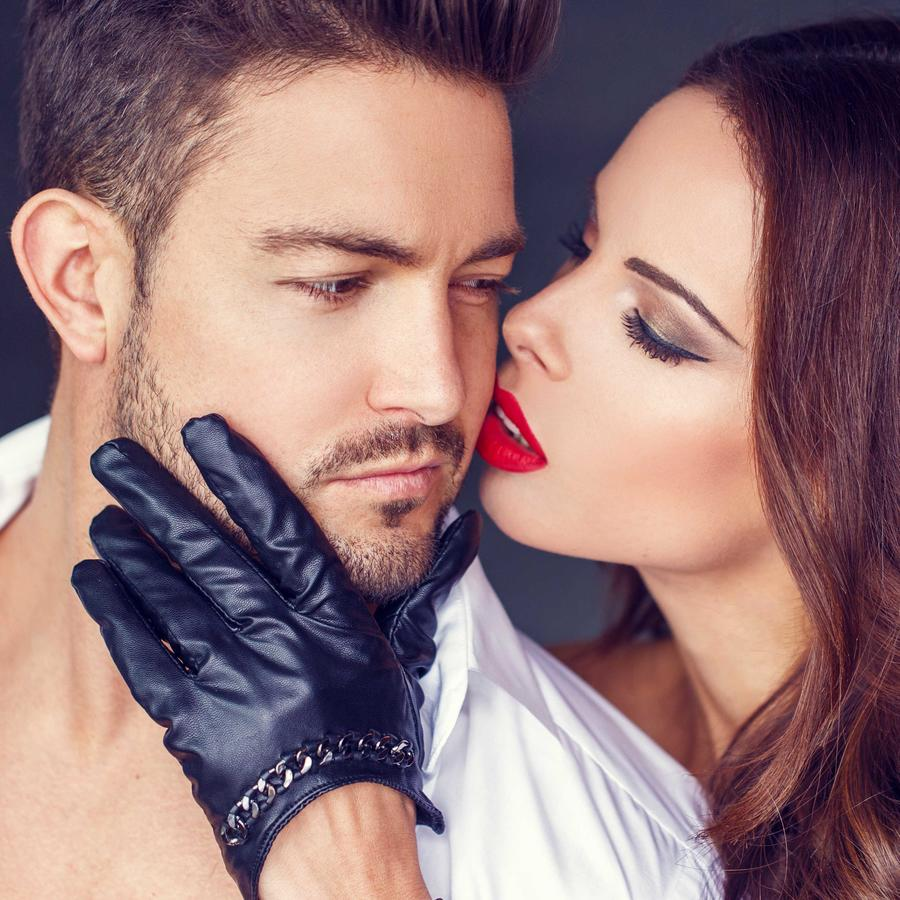 Mujer seduciendo a su pareja