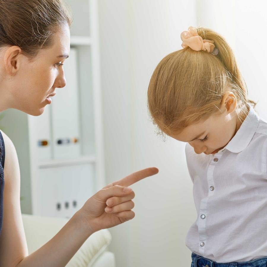 Madre regañando a su hija