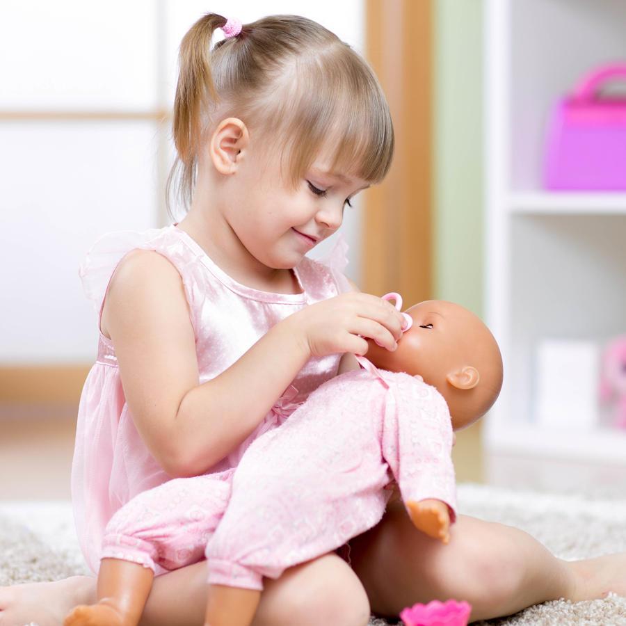 Niña jugando con muñeco